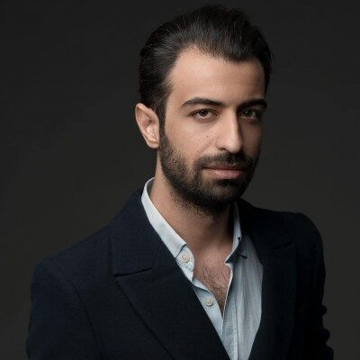 Amir Javdani Pichide Nistam 400x400 - دانلود آهنگ امیر جاودانی به نام پیچیده نیستم