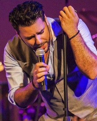 Shahab Tiam2 320x400 - دانلود آهنگ شهاب تیام به نام دیوونه دلم