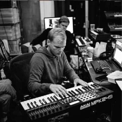 Avicii2 400x400 - دانلود آهنگ های آویچی Avicii