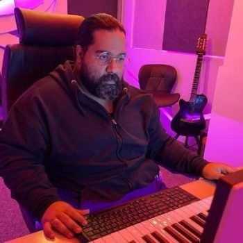 Reza Sadeghi 1 350x350 - دانلود آهنگ تیتراژ سریال شوخی شوخی