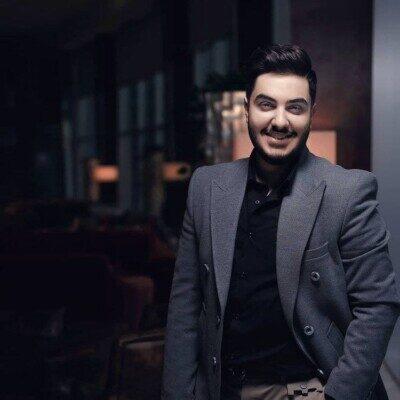 Aron Afshar 1 400x400 - دانلود آهنگ عشق هر دقیقه یه حرفه تازه داره آرون افشار